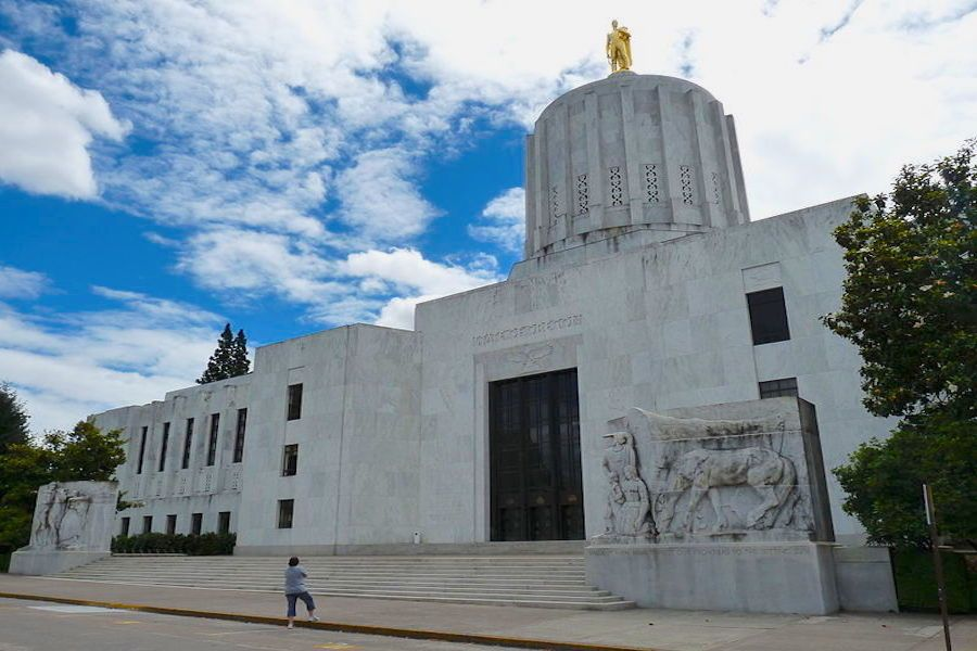 the Oregon State Capitol building in Salem